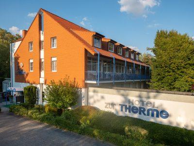 Hotel zur Therme in Erwitte OT Bad Westernkotten vor einem Kurpark und neben den Hellweg Sole Thermen