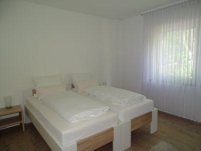 Schlafzimmer mit zwei Einzelbetten in der Ferienwohnung zur Therme in Erwitte Bad Westernkotten